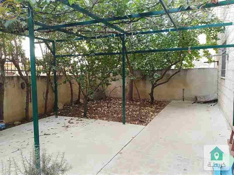 شقة ارضية مميزة للبيع قرب الهوليدي ان 180م مع حديقة وترسات 300م.
