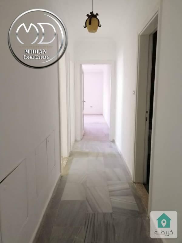 شقة فارغة للايجار -الهوليدي ان قرب مطعم ورد - مساحة 165م طابق ثالث بسعرمناسب .