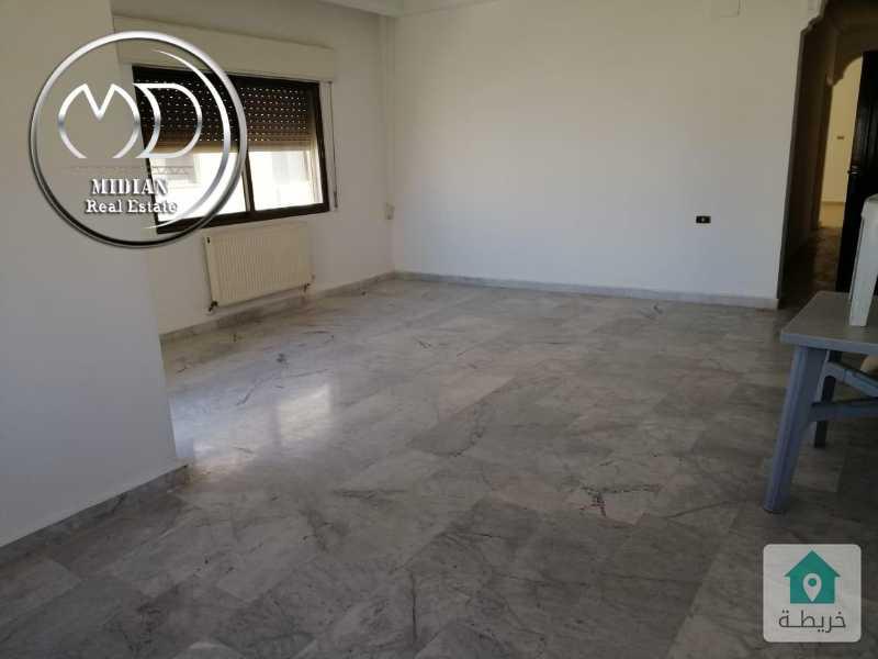 شقة للبيع ام السماق قرب دوار السكر - مساحة 200م - طابق ثاني بسعر مناسب .