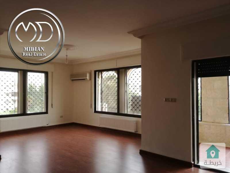 شقة فارغة للايجار ام السماق خلف بيجو مساحة 195م طابق الاول .