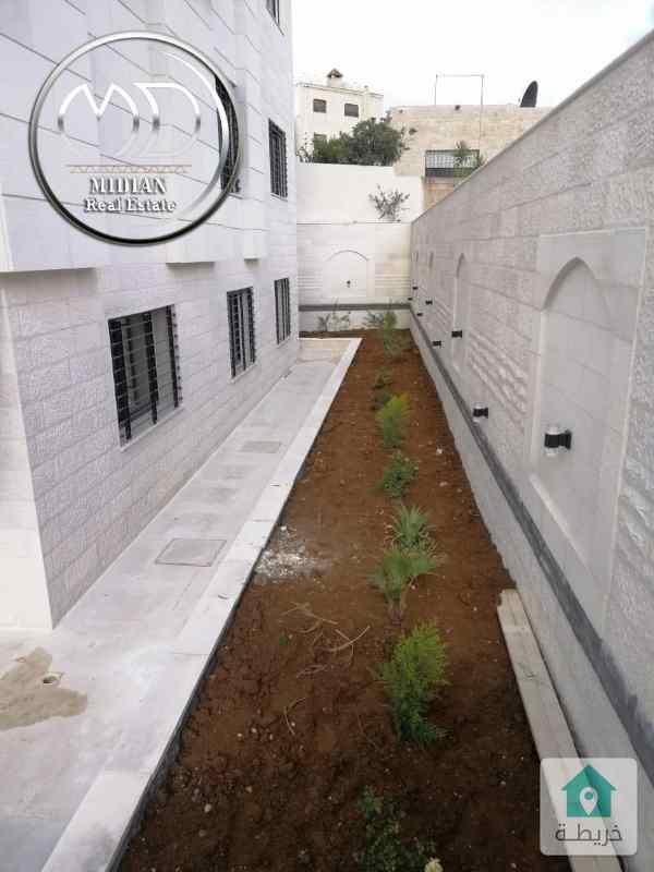 شقة شبه ارضي جديدة للبيع ام السماق قرب مكة مول مساحة 225 مع حديقة 200م .