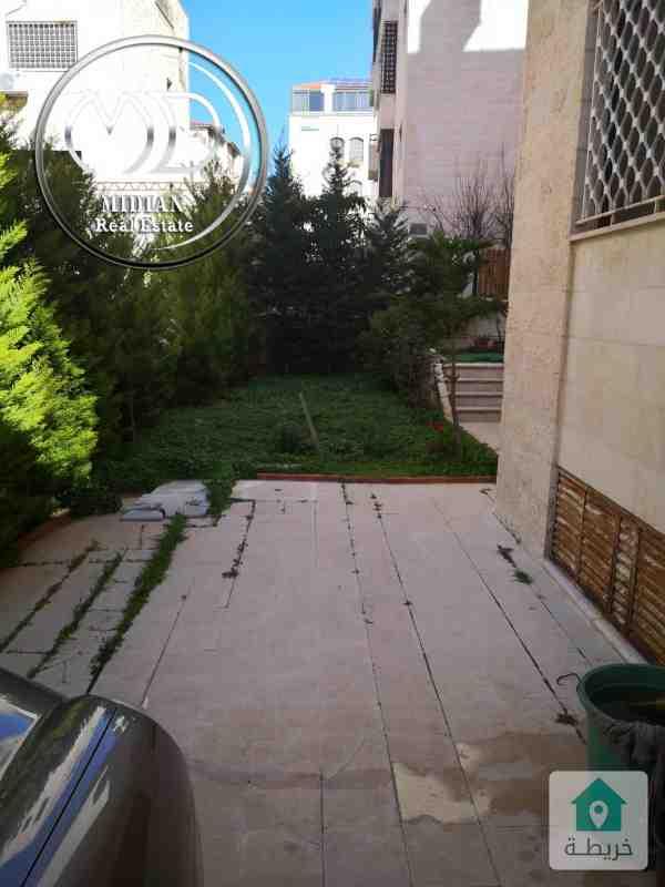 شقة ارضية فارغة للبيع ام اذينة مساحة 200م مع حديقة 180م بسعر مناسب .