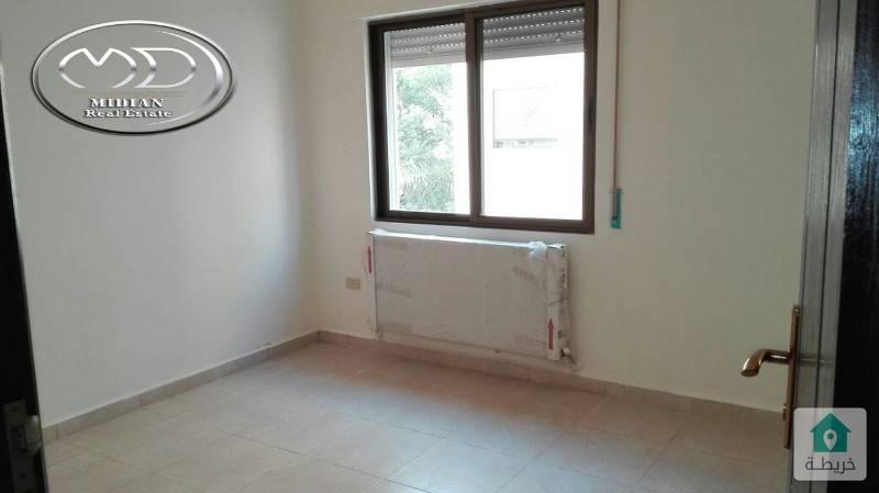 شقة شبه ارضي جديده فارغة للايجار مساحة 140م مع ترس 100م سوبر ديلوكس  بسعر مميز .