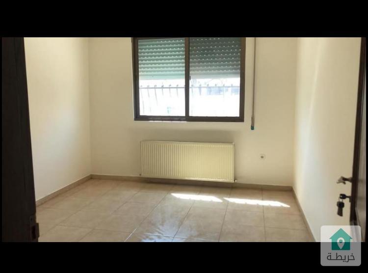 شقة فارغه في منطقة الكرسي طابق ثالث شارع القيس بن الحارث عمارة رقم ٧٥.