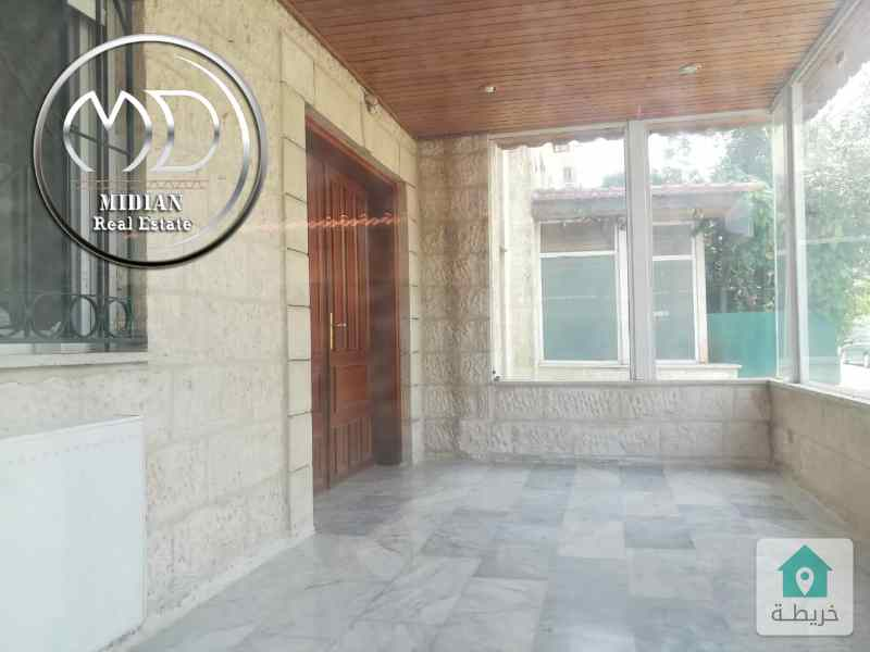 شقة ارضية فارغة للايجار الرابية مساحة 220م مع ترس 50م .