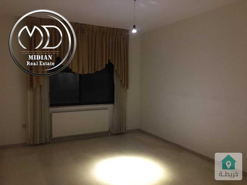 شقة فارغة للبيع ام اذينة مساحة 170م طابق اول بسعر مميز .