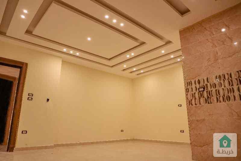 شقة جديدة للبيع طابق ارضي مع ترس ومدخلين بموقع مميزة مع إطلالة