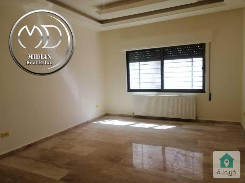 شقة ارضية فارغة للايجار خلدا مساحة 180م مع ترس 40م سوبر ديلوكس .