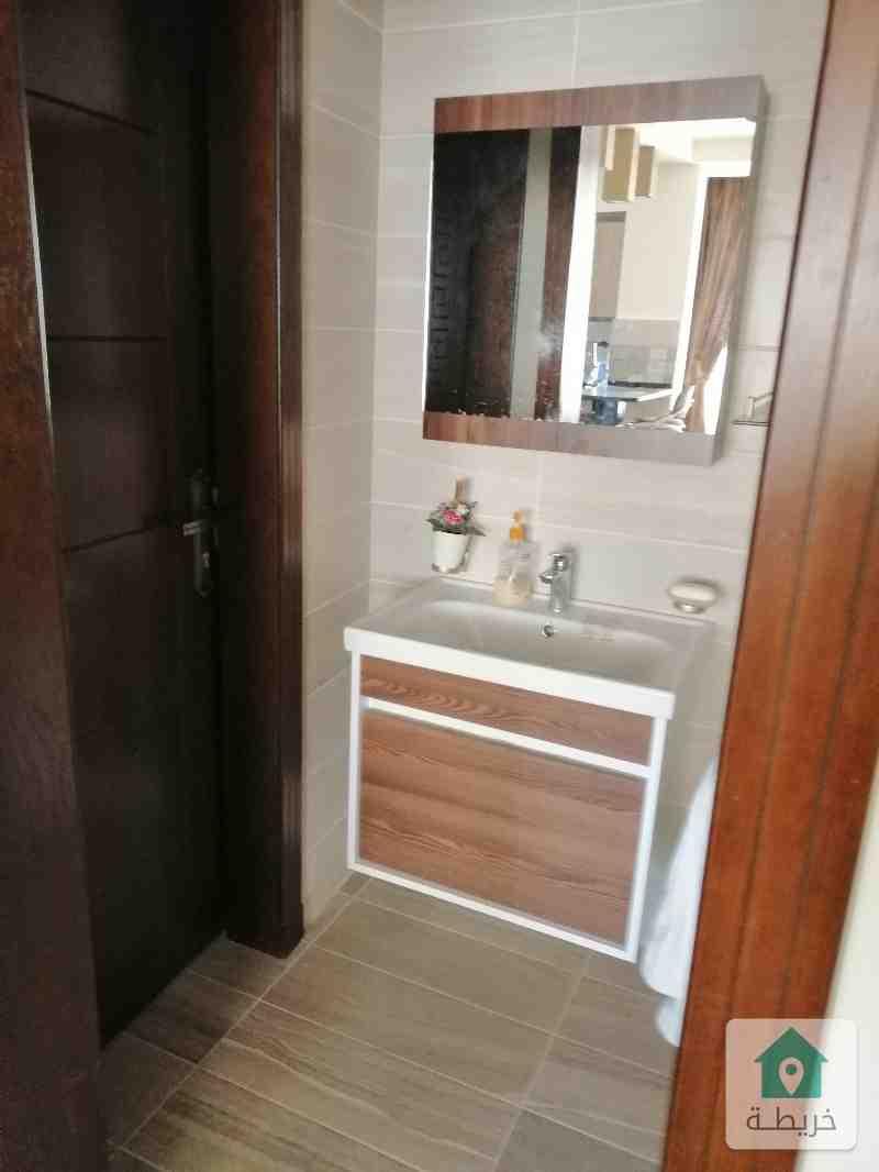 شقه طابق ثالث يوجد مصعد ٣ غرف نوم ماستر ٤ حمامات صالونات مطبخ امريكي راكب من المالك مباشره